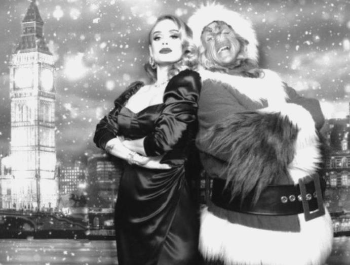 Adele poses Grinch Christmas