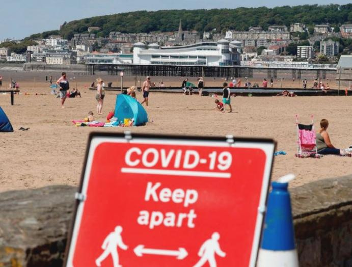 No 10 urges two-metre distancing rules crowds flock beaches parks