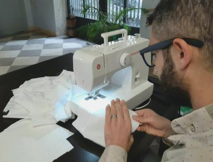 The Syrian tailor sewing masks Italians